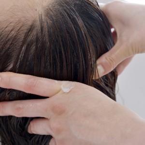 頭皮マッサージをする女性
