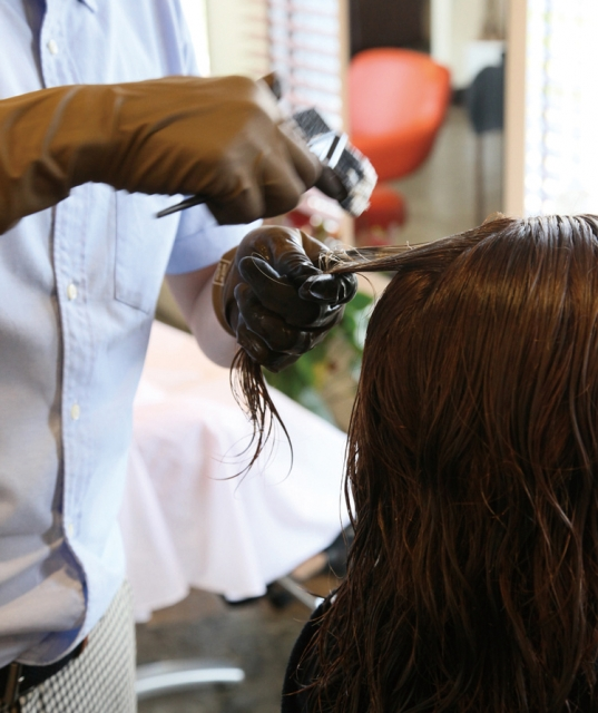 ヘアカラーをする美容師