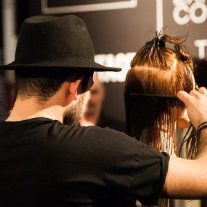 ウェットカットする美容師