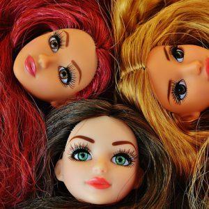 カラフルな髪をした人形
