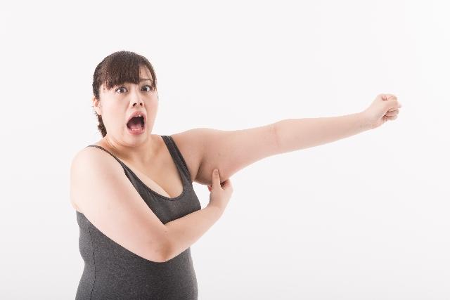 二の腕つかむ女性
