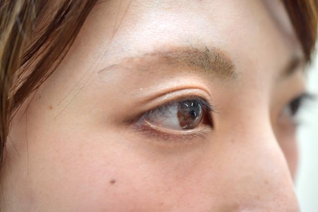眉毛脱色をした女性