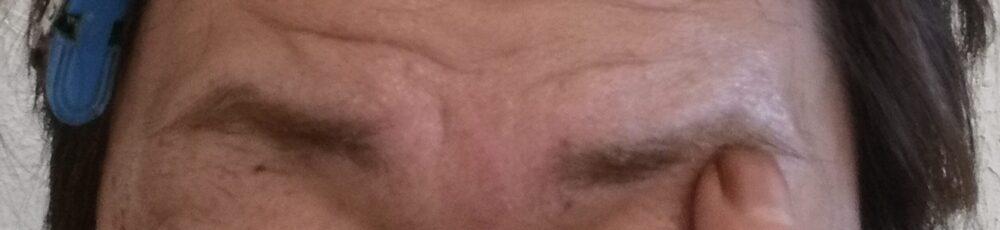眉毛にワセリンを塗る